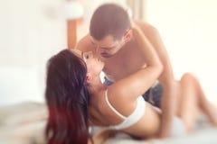 Ζεύγος κατά τη διάρκεια των ερωτικών παιχνιδιών Στοκ φωτογραφία με δικαίωμα ελεύθερης χρήσης