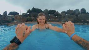 Ζεύγος κατά τη ρομαντική ημερομηνία στη θερμική λίμνη SPA απόθεμα βίντεο
