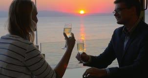 Ζεύγος κατά τη ρομαντική ημερομηνία στον καφέ παραλιών απόθεμα βίντεο