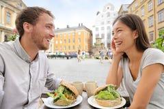 Ζεύγος καφέδων που τρώει τα σάντουιτς τροφίμων στη Στοκχόλμη Στοκ φωτογραφίες με δικαίωμα ελεύθερης χρήσης