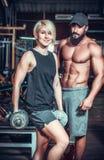 Ζεύγος καλά - εκπαιδευμένος bodybuilder με τους αλτήρες στοκ φωτογραφίες