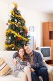 Ζεύγος κοντά σε ένα χριστουγεννιάτικο δέντρο Στοκ εικόνα με δικαίωμα ελεύθερης χρήσης