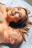 ζεύγος κρεβατοκάμαρων ευτυχές Στοκ εικόνα με δικαίωμα ελεύθερης χρήσης