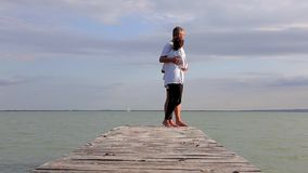 Ζεύγος Μεσαίωνα στην αποβάθρα σε μια λίμνη Balaton της Ουγγαρίας στο καλοκαίρι φιλμ μικρού μήκους