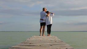 Ζεύγος Μεσαίωνα στην αποβάθρα σε μια λίμνη Balaton της Ουγγαρίας στο καλοκαίρι απόθεμα βίντεο