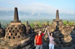 Ζεύγος μεταξύ του stupa στο ναό Ινδονησία Borobudur Στοκ φωτογραφία με δικαίωμα ελεύθερης χρήσης