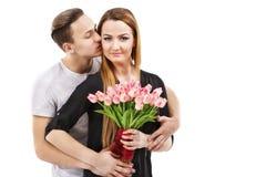 ζεύγος με μια ανθοδέσμη των τουλιπών, θέμα ημέρας βαλεντίνων Στοκ Φωτογραφίες