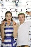 Ζεύγος με τα ανόητα γυαλιά Στοκ φωτογραφία με δικαίωμα ελεύθερης χρήσης