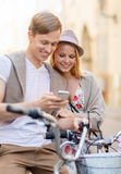 Ζεύγος με τα ποδήλατα στην πόλη Στοκ εικόνα με δικαίωμα ελεύθερης χρήσης