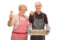 Ζεύγος με τα πρόσφατα ψημένα μπισκότα Στοκ Εικόνα