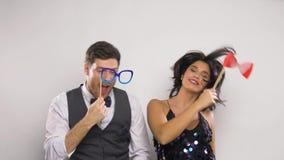 Ζεύγος με τα στηρίγματα κομμάτων που έχουν τη διασκέδαση και το χορό απόθεμα βίντεο