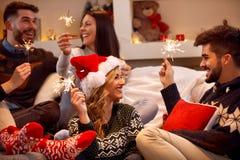 Ζεύγος με τα sparklers που απολαμβάνει στο κόμμα στη ημέρα των Χριστουγέννων Στοκ εικόνες με δικαίωμα ελεύθερης χρήσης