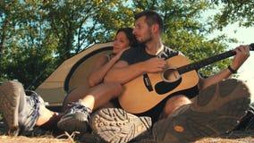 Ζεύγος με την κιθάρα στη φύση απόθεμα βίντεο