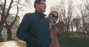 Ζεύγος με την ταμπλέτα που περπατά στο Ταλίν απόθεμα βίντεο