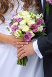 Ζεύγος με τη γαμήλια ανθοδέσμη Στοκ εικόνα με δικαίωμα ελεύθερης χρήσης