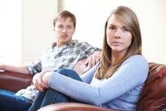 Ζεύγος με τις δυσκολίες σχέσης στο σπίτι Στοκ Εικόνες