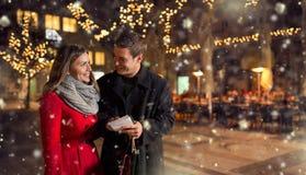 Ζεύγος με τον κατάλογο αγορών για τα Χριστούγεννα Στοκ εικόνα με δικαίωμα ελεύθερης χρήσης