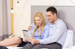 Ζεύγος με τον υπολογιστή PC ταμπλετών στο δωμάτιο ξενοδοχείου Στοκ φωτογραφία με δικαίωμα ελεύθερης χρήσης