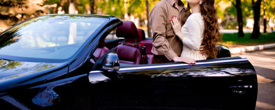 Ζεύγος με το αυτοκίνητο Στοκ φωτογραφίες με δικαίωμα ελεύθερης χρήσης