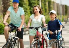 Ζεύγος με το γιο στα ποδήλατα Στοκ φωτογραφίες με δικαίωμα ελεύθερης χρήσης