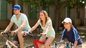 Ζεύγος με το γιο στα ποδήλατα Στοκ Εικόνες
