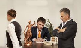 Ζεύγος με το γράψιμο δικαστών στο γραφείο στο δικαστήριο Στοκ Εικόνες