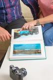 Ζεύγος με το λεύκωμα φωτογραφιών στοκ φωτογραφία με δικαίωμα ελεύθερης χρήσης