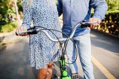 Ζεύγος με το διαδοχικό ποδήλατο στοκ φωτογραφίες με δικαίωμα ελεύθερης χρήσης