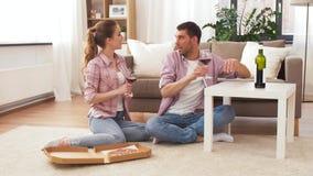 Ζεύγος με το κρασί και τη take-$l*away πίτσα στο σπίτι απόθεμα βίντεο