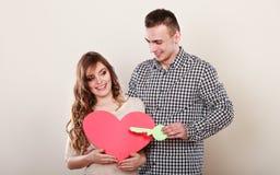 Ζεύγος με το κλειδί εγγράφου για το σύμβολο αγάπης καρδιών Στοκ εικόνα με δικαίωμα ελεύθερης χρήσης