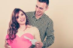 Ζεύγος με το κλειδί εγγράφου για το σύμβολο αγάπης καρδιών Στοκ φωτογραφία με δικαίωμα ελεύθερης χρήσης