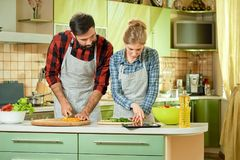 Ζεύγος με το μαγείρεμα ταμπλετών Στοκ φωτογραφία με δικαίωμα ελεύθερης χρήσης
