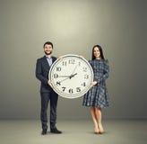 Ζεύγος με το μεγάλο άσπρο ρολόι Στοκ Φωτογραφίες