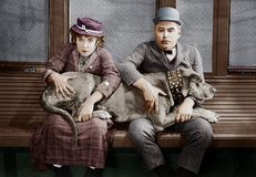 Ζεύγος με το μεγάλο σκυλί στις περιτυλίξεις (όλα τα πρόσωπα που απεικονίζονται δεν ζουν περισσότερο και κανένα κτήμα δεν υπάρχει  στοκ εικόνες με δικαίωμα ελεύθερης χρήσης