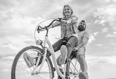 Ζεύγος με το ρομαντικό υπόβαθρο ουρανού ημερομηνίας ποδηλάτων Ερωτευμένη ανακύκλωση ημερομηνίας ζεύγους Εξερευνήστε την πόλη Ποδή στοκ φωτογραφία
