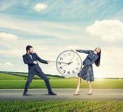 Ζεύγος με το ρολόι σε υπαίθριο Στοκ Φωτογραφία