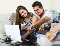 Ζεύγος με το σημειωματάριο και την πιστωτική κάρτα Στοκ φωτογραφία με δικαίωμα ελεύθερης χρήσης