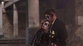 Ζεύγος με το σκοτεινό κρανίο makeup στο υπόβαθρο του καψίματος της πυρκαγιάς και του καπνού απόθεμα βίντεο