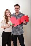 Ζεύγος με το σπίτι εγγράφου και το σύμβολο αγάπης καρδιών Στοκ φωτογραφίες με δικαίωμα ελεύθερης χρήσης