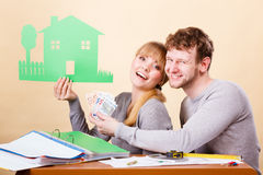 Ζεύγος με το σπίτι και τα χρήματα Στοκ Φωτογραφία