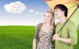 Ζεύγος με το σπίτι ονείρου Στοκ εικόνες με δικαίωμα ελεύθερης χρήσης