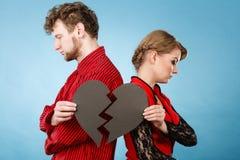 Ζεύγος με το σπασμένο χωρισμό καρδιών Στοκ φωτογραφία με δικαίωμα ελεύθερης χρήσης