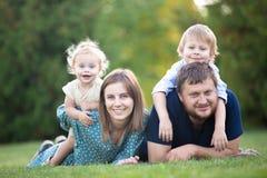 Ζεύγος με δύο παιδιά στο πάρκο στοκ εικόνες