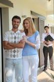 Ζεύγος μπροστά από το διαμέρισμα στοκ φωτογραφία με δικαίωμα ελεύθερης χρήσης