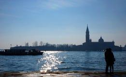 Ζεύγος μπροστά από το κανάλι της Βενετίας Στοκ Εικόνες