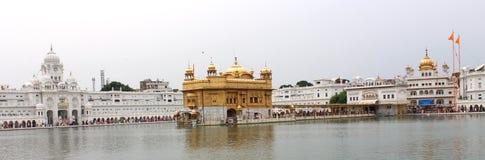 Ζεύγος μπροστά από το χρυσό ναό, Amritsar, Punjab, Ινδία Στοκ Εικόνες