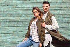 Ζεύγος μόδας στα γυαλιά με τα γυαλιά στα πράσινα ενδύματα που θέτουν το ο Στοκ φωτογραφίες με δικαίωμα ελεύθερης χρήσης