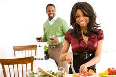 Ζεύγος: Νέο ζεύγος έτοιμο να έχει το γεύμα Στοκ Εικόνες