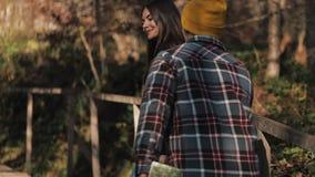 Ζεύγος οδοιπόρων που στους δασικούς ρομαντικούς οδοιπόρους που απολαμβάνουν τη θέα στο όμορφο τοπίο βουνών κίνηση αργή φιλμ μικρού μήκους