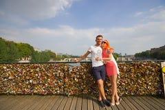 Ζεύγος ομορφιάς στο Παρίσι στοκ φωτογραφίες